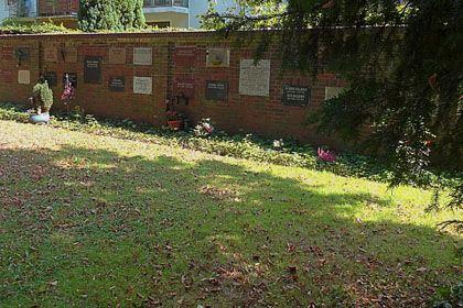 (c) Wikipedia Friedhof Buntentor - Backsteinmauer mit Urnennischen.jpg