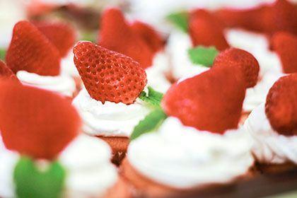 Rund um die Erdbeere. Bild von Mini-Erdbeertörtchen.
