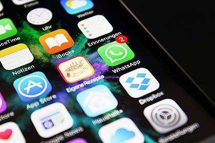 Ein Smartphone-Bildschirm mit verschiedenen App-Icons, darunter Whatsapp