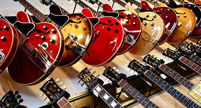 Eine Sammlung an diversen Gitarren.