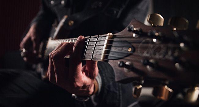 Ein sitzender Mann mit Gitarre