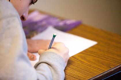 Mann während der Prüfung
